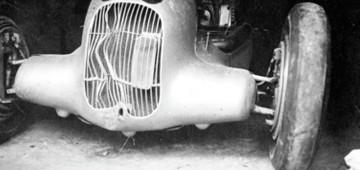 La Mercedes di Luigi Fagioli portata ai box per la riparazione dopo l'uscita di strada nel corso delle prove della Coppa Acerbo del 1934